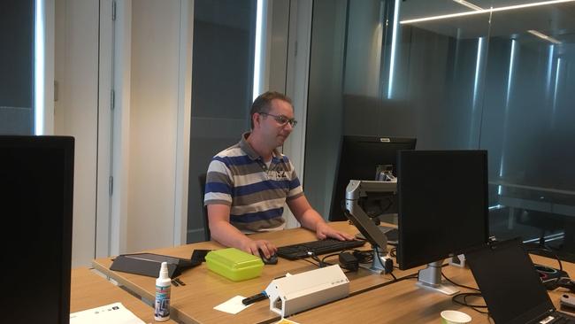 Robin Maat achter de computer