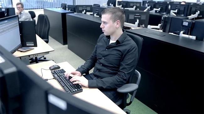 Man werkt op een ICT werkplek