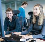 twee jonge ICT medewerkers aan het werk achter een computer