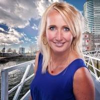 portretfoto van Maria Hallensleben met Rotterdam op de achtergrond