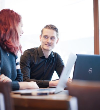 man en vrouw achter laptop
