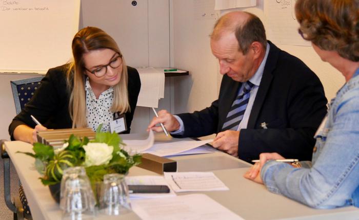 man en vrouw ondertekenen contract
