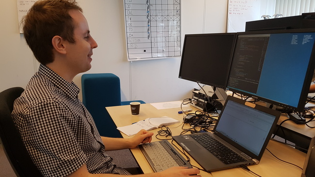 Eric Dessof achter de computer