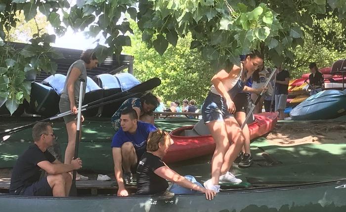 Teamuitje met de kano varen