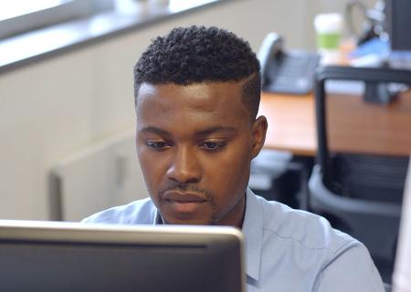 Foto eines Mitarbeiters von Action bei der Arbeit an einem Computer