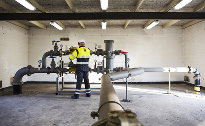 Gasmonteur controleert koppeling