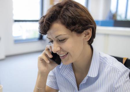 Zdjęcie pracownika Action rozmawiającego przez telefon