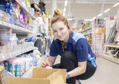 Zdjęcie pracownika Action uzupełniającego półki