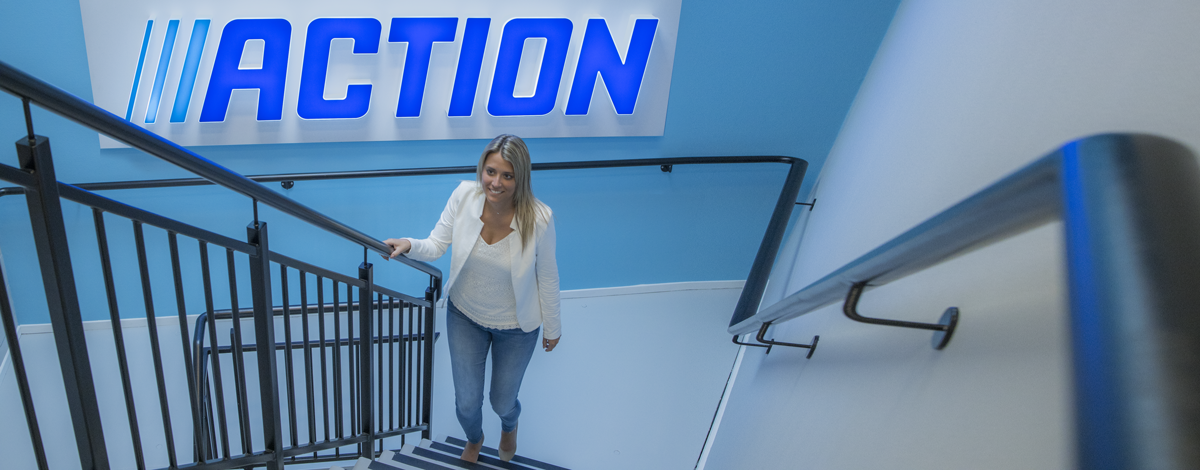 Afbeelding van Action medewerker die de trap op loopt