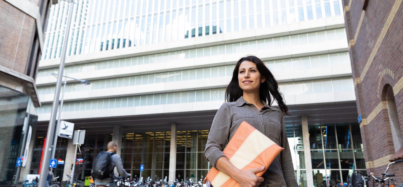 Didem loopt door Rotterdam, foto van Willem de Kan