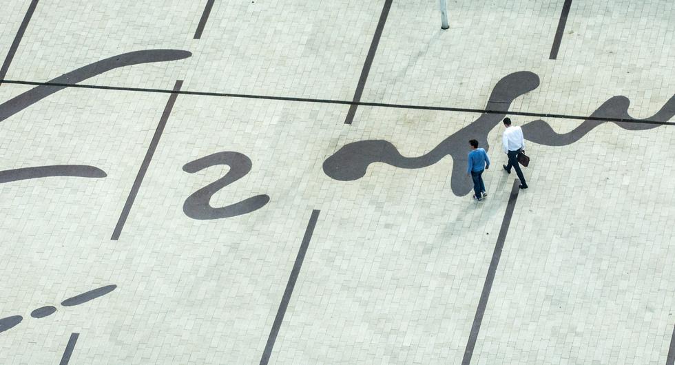 Mensen lopen op het plein, foto van Cris Gorzeman