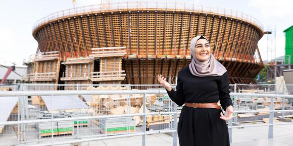 Fatma staat in Rotterdam, foto van Willem de Kam