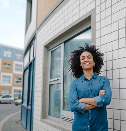 Een vrouw staat op straat in Rotterdam