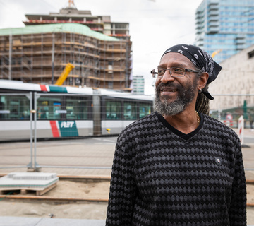 Franky Linders staat naast metro, foto van Willem de Kam