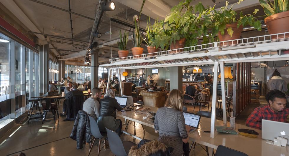 Werken in de huiskamer van Rotterdam Centraal, foto Peter Schmidt