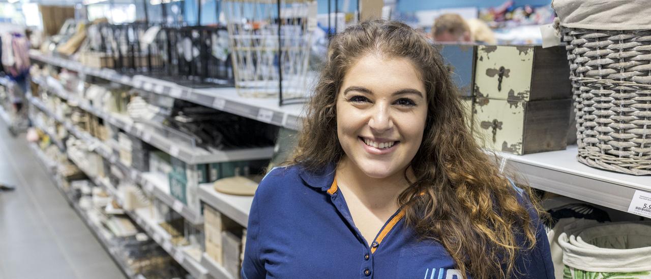 Foto einer lächelnden Mitarbeiterin von Action