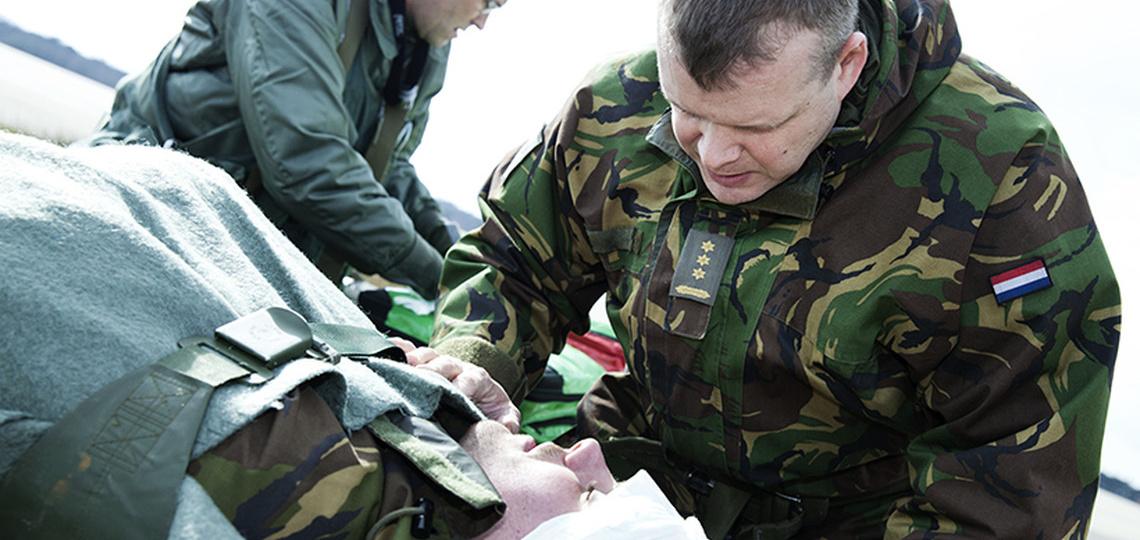 Militair ontfermt zich over een patiënt