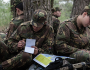 Militairen zitten in een bos