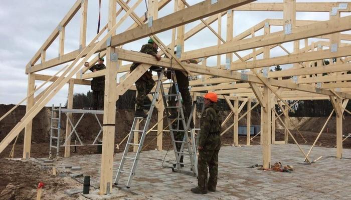 Genisten aan het werk aan de bouw van een huis