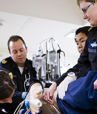 Medisch team ontfermt zich over een patiënt