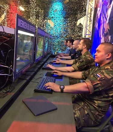 Militairen gamen tijdens de Luchtmachtdagen
