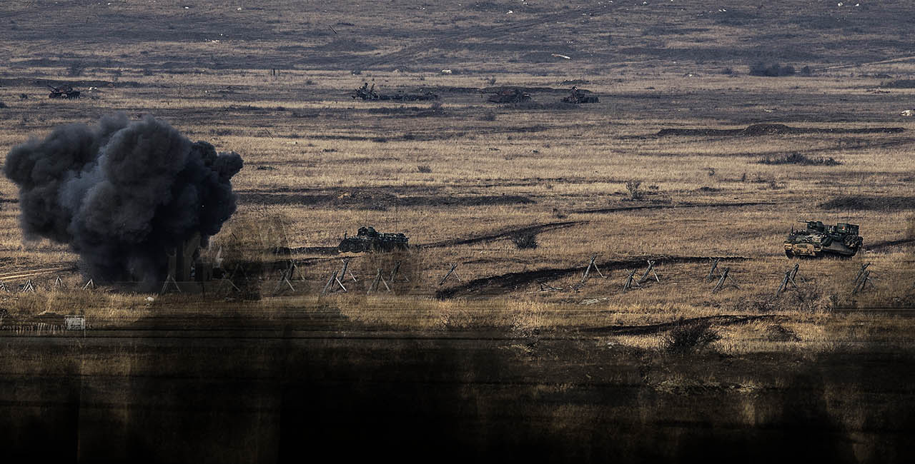 Oefening met tanks op een veld