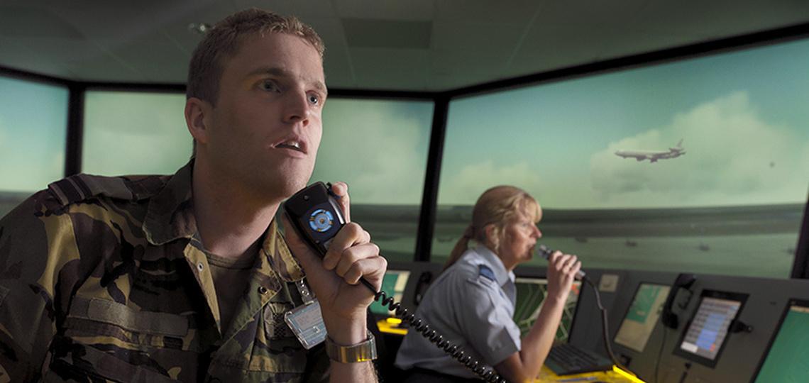 Militairen op een schip communiceren met andere schepen