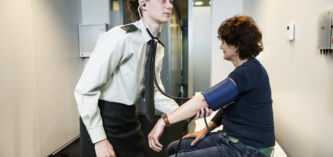Arts doet een medische check bij een patiënt