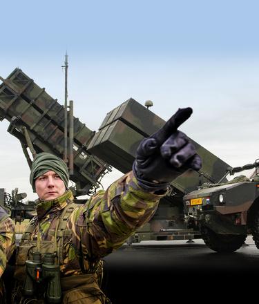 Militairen van de luchtverdediging opgesteld