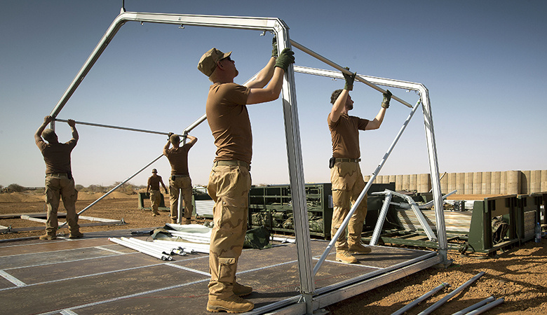 Soldaten zetten een tent op