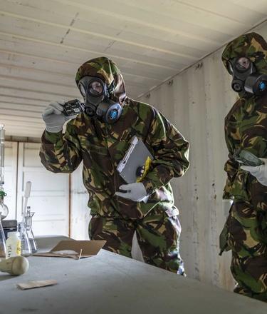 CBRN militairen doen onderzoek