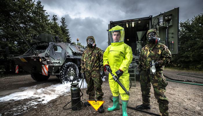 CBRN militairen met hun uitrusting