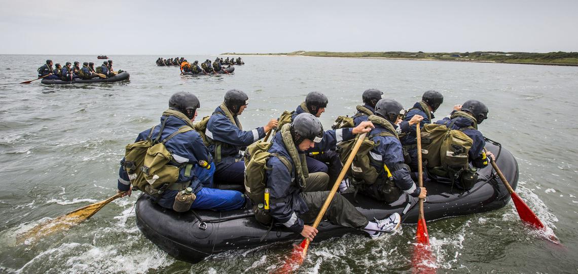 Roeiende studenten op een boot
