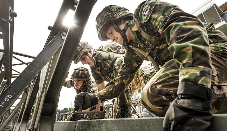 Soldaten bouwen een brug op