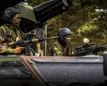 Vrouwelijke militairen in een pantservoertuig