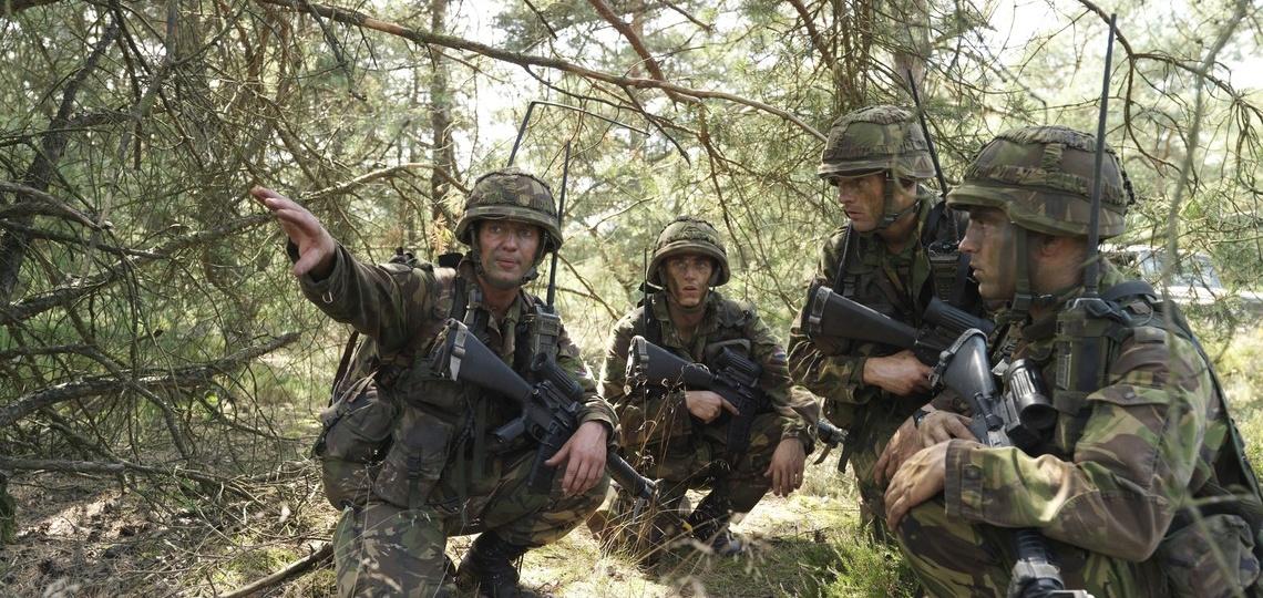 Militairen oefenen in een bos