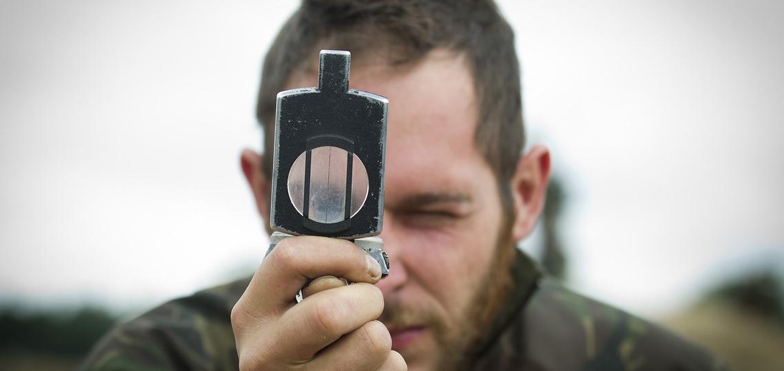 Militair gebruikt een kompas