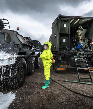 CBRN militairen aan het ontsmetten