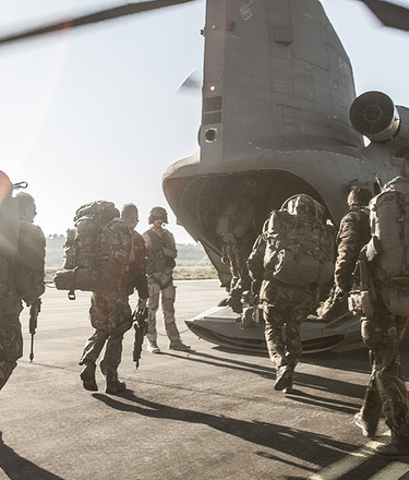 KCT lopen een helikopter in