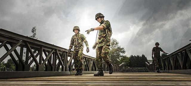 Twee soldaten inspecteren samen een brug