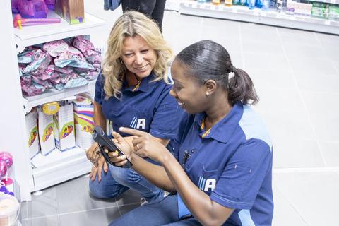 Image de deux employées d'Action vérifiant le stock