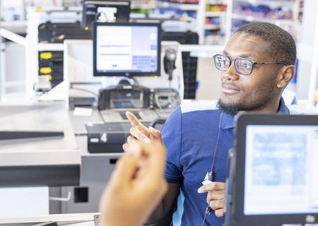 Image d'un employé d'Action à la caisse