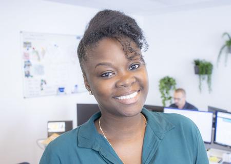Image d'une employée souriante d'Action
